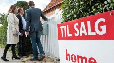En ejendomsmægler formidler salget af bolig.