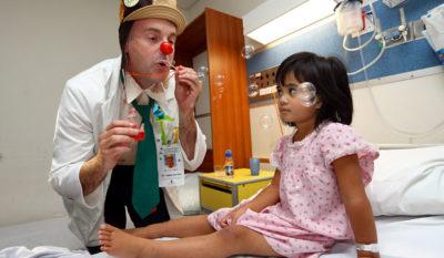 En hospitalsklovn besøger børn i en svær tid - og spreder humor og glæde.