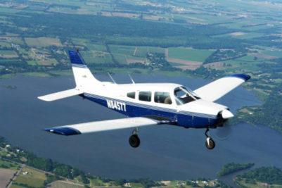 En privatflyver har licens til at flyve mindre, lette fly. Her ses et såkaldt Cessna.
