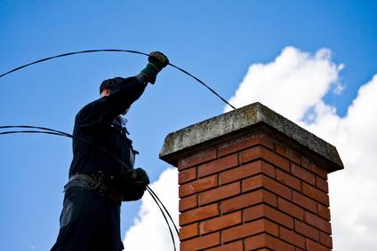 En skorstensfejer har som job at rengøre skorstene, kedler og andre fyringsanlæg.