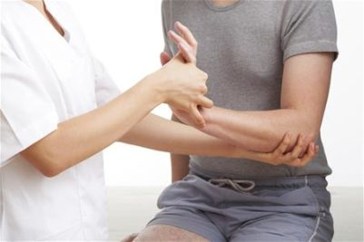 En ergoterapeut hjælper og genoptræner personer med bevægelseshæmmelse ved øvelser, fx. håndterapi.