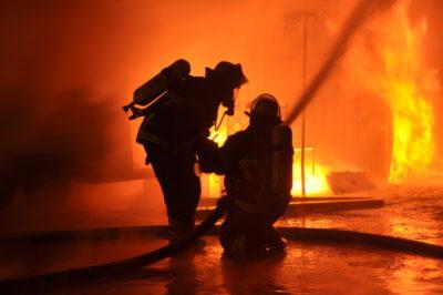 Som brandmand foretager du slukningsarbejde i bygninger og i naturen, og er med til at redde liv.
