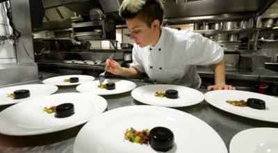 Som kok arbejder du med at forberede, tilberede og præsentere mad.