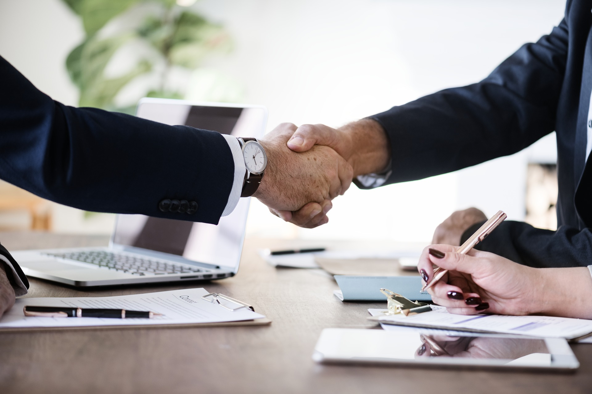 assurandør kontrakt aftale forsikring håndtryk