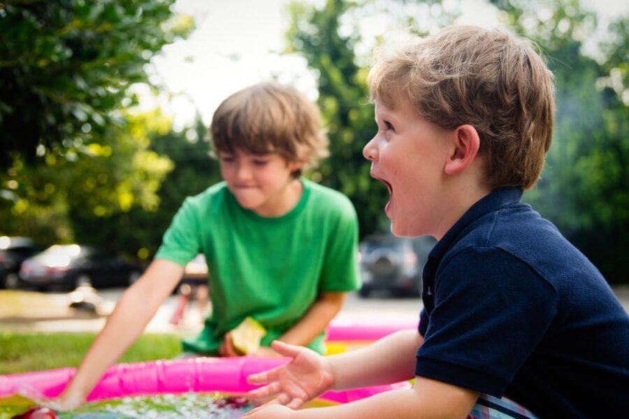 babysitter børn leg